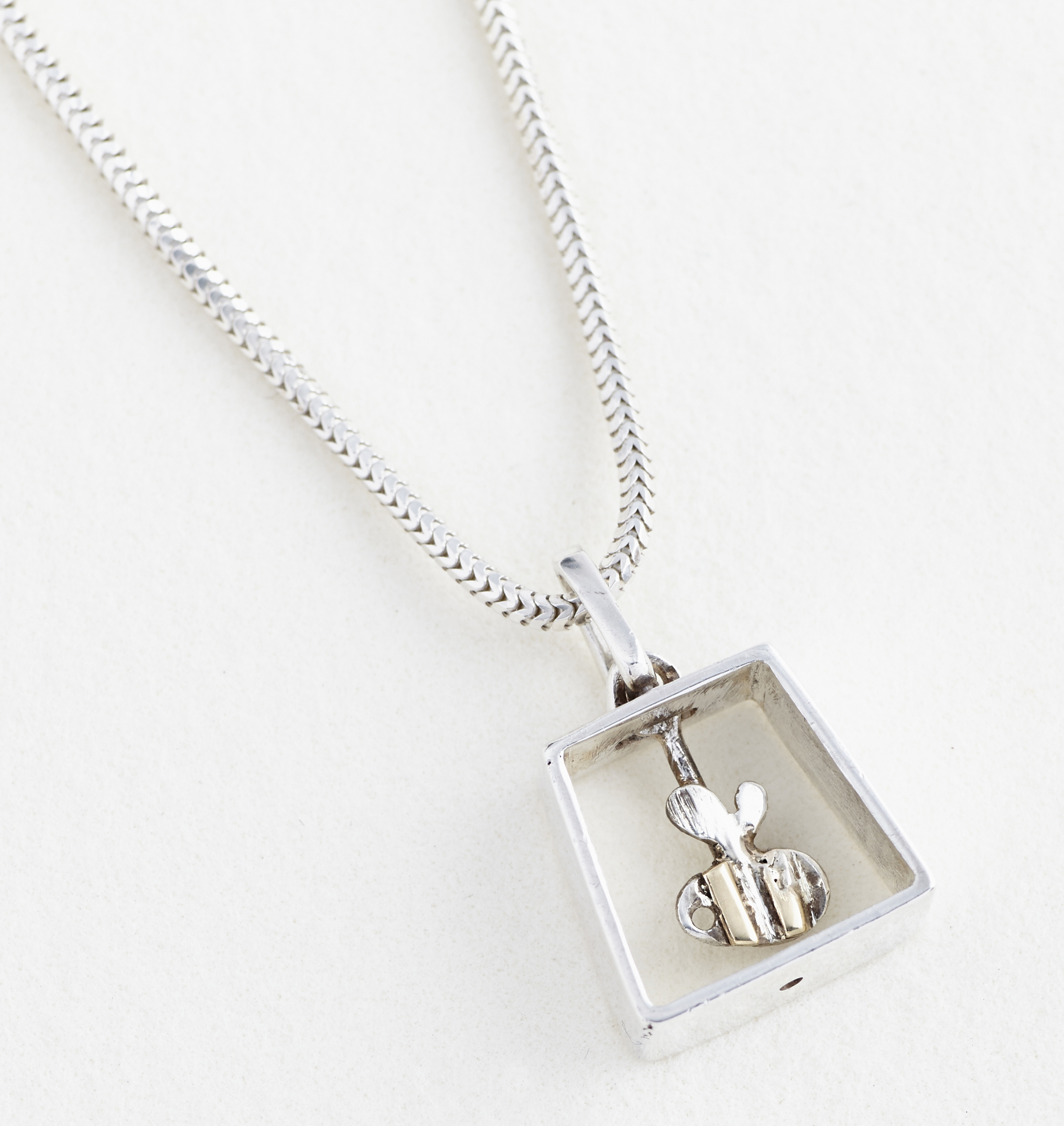 Swinging bee pendant